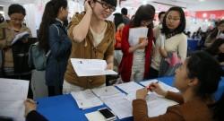 Foto LUSA: Uma estudante chinesa recém formada à procura de colocação no mercado de trabalho. Hangzhou, província de Zhejiang, China, 28 de março de 2014. EPA / WU HONG