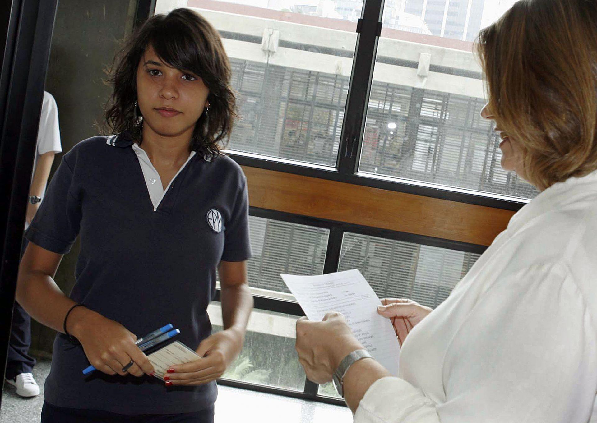 Alunos do 12º ano, da escola portuguesa de Macau na China à entrada para a sala de aulas para o primeiro exame nacional da disciplina de Português, 18 de Junho de 2007, Macau. CARMO CORREIA / LUSA