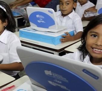 Crianças venezuelanas com o computador 'Canaima' na escola