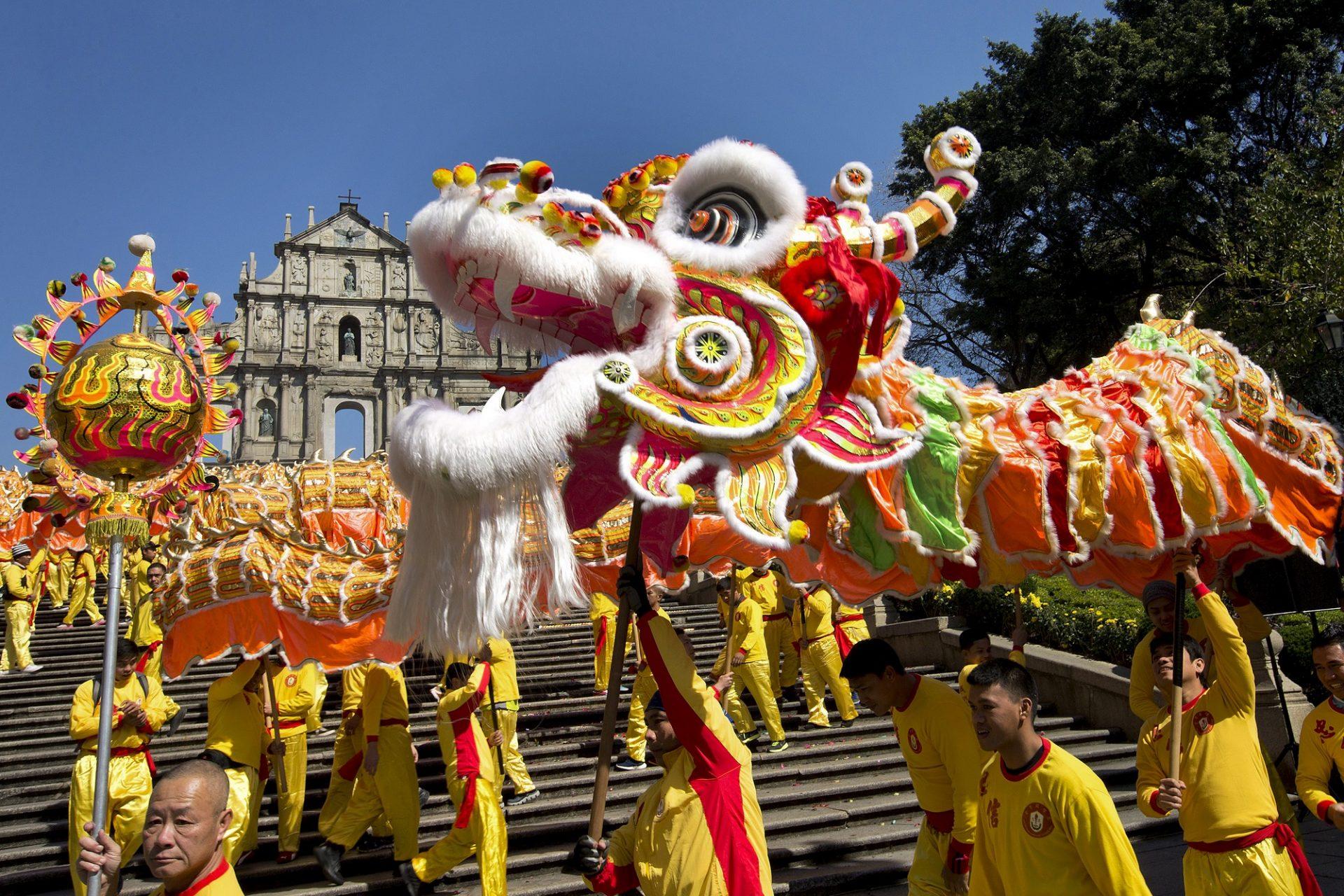 Celebra-se hoje a entrada do novo Ano do Macaco do calendário chinês, em Macau, 8 de fevereiro de 2016. O dragão dourado, com 238 metros de comprimento, que anualmente dá as boas vindas ao novo ano chinês mais uma vez partiu das Ruinas de S. Paulo e desfilou pelas ruas do território passando por vários locais históricos de Macau. CARMO CORREIA/LUSA