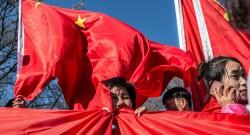 Foto LUSA: Manifestantes acenam bandeiras chinesas durante um comício de apoio à visita do presidente chinês, Xi Jinping, em Praga, República Checa, 29 de março de 2016. EPA / FILIP SINGER