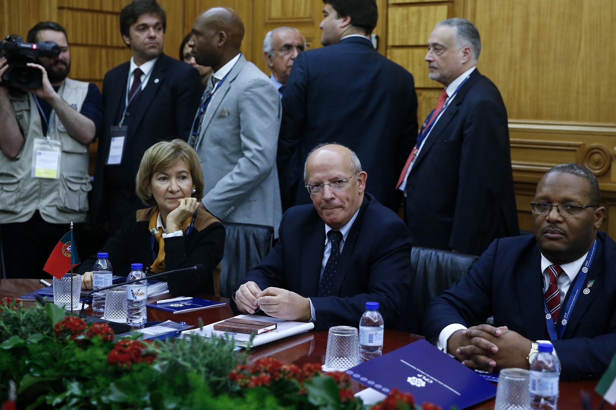 O ministro dos Negócios Estrangeiros de Portugal, Augusto Santos Silva (C), durante a XIV Reunião Extraordinária do Conselho de Ministros da Comunidade de Países de Língua Portuguesa (CPLP), na sede da CPLP, em Lisboa, 17 de março de 2016. ANTÓNIO COTRIM/LUSA