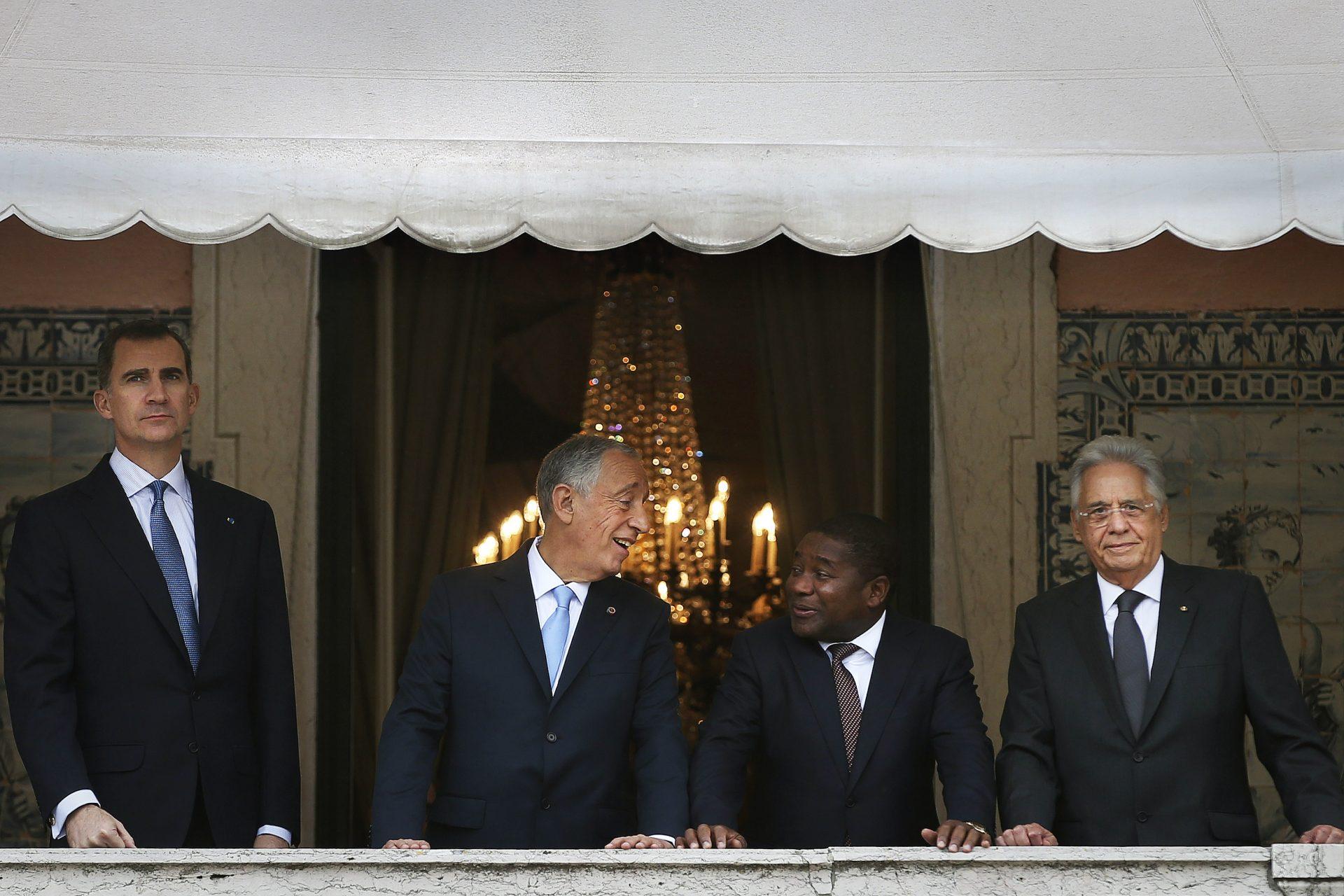 O novo Presidente de Portugal, Marcelo Rebelo de Sousa (2-E), acompanhado pelo rei da Espanha, Filipe VI (E), pelo Presidente de Moçambique Filipe Nyusi (2-R) e pelo ex-Presidente do Brasil, Fernando Henrique Cardoso (D) na varanda do Palácio de Belém, após sua cerimónia de tomada de posse no Parlamento Português, em Lisboa, Portugal, 09 de março de 2016. MARIO CRUZ / LUSA