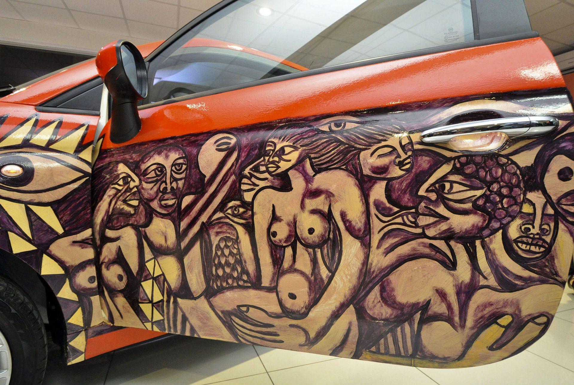 Uma pintura sobre o último modelo do Fiat 500, retratando a mulher nas comunidades moçambicanas, foi a última obra do falecido artista Malangatana e apresentada em Maputo para leilão, a favor da fundação deixada pelo pintor, 5 abril 2011, Maputo. ANTONIO SILVA/LUSA