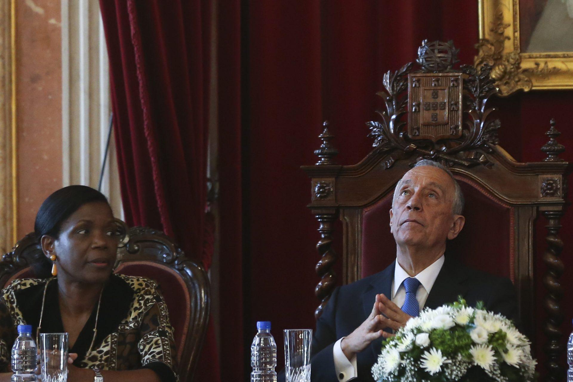 Presidente da República, Marcelo Rebelo de Sousa, ladeado pela ministra da Justiça, Francisca Van Dunen, preside à cerimónia de abertura da Reunião dos Conselhos Superiores de Justiça da CPLP, 19 abril 2016, no Supremo Tribunal de Justiça, em Lisboa.       MANUEL DE ALMEIDA/LUSA