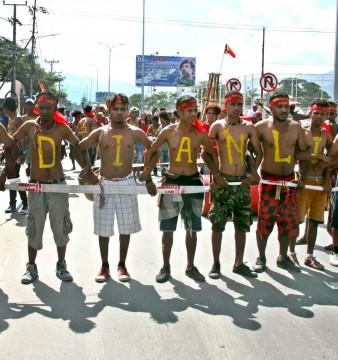 Estudantes timorenses marcham em direção à embaixada australiana durante um protesto em Dili, Timor Leste, 23 de março de 2016. Centenas de estudantes fizeram um protesto exigindo diálogo entre os governos da Austrália e de Timor-Leste para resolver a disputa fronteriça. EPA / ANTONIO DASIPARU