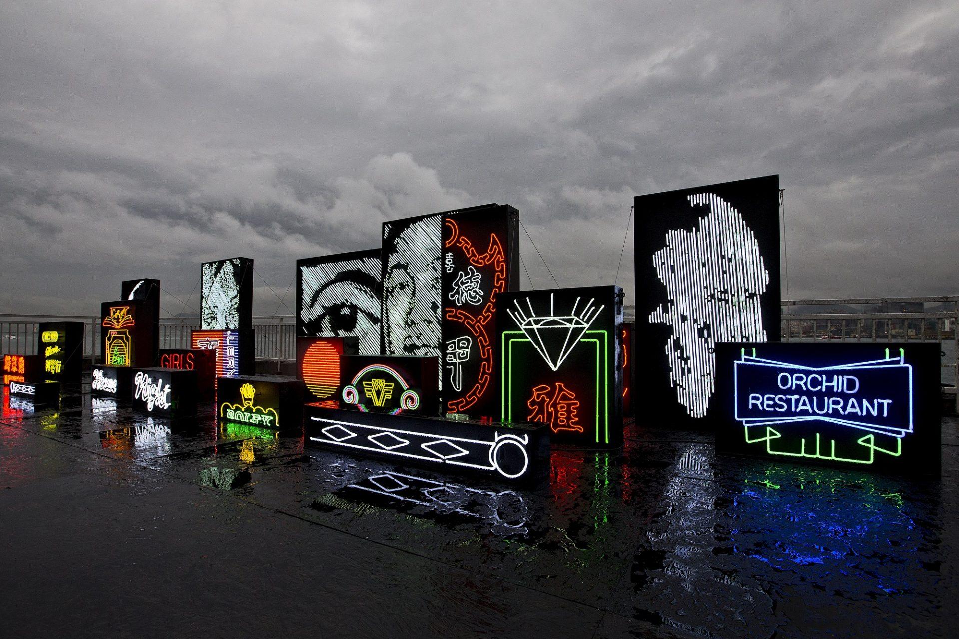"""O artista português Alexandre Farto, que assina como Vhils, inaugurou a 21 de Março de 2016 a sua primeira exposição individual em Hong Kong, uma mostra que reflete a cidade e a identidade de quem nela habita para ver mas sobretudo """"sentir"""". """"Debris"""", localizada no topo do Pier 4 (Cais 4), com vista para a outra margem, figura como a primeira exposição individual de Vhils na antiga colónia britânica, 21 de Março de 2016, Hong Kong. CARMO CORREIA/LUSA"""