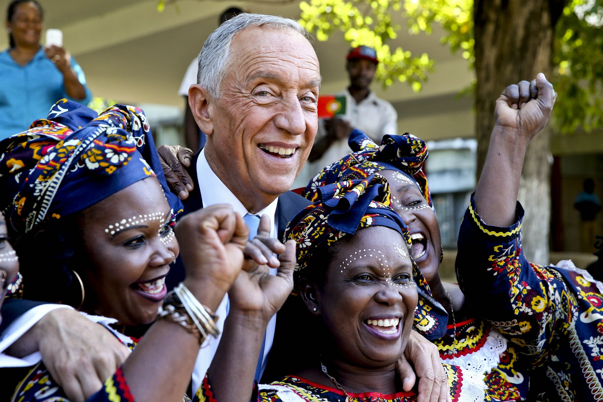O Presidente da República de Portugal, Marcelo Rebelo de Sousa (2-E), posa para a fotografia durante a visita à Escola Portuguesa de Moçambique, em Maputo, Moçambique, 05 de maio de 2016. JOÃO RELVAS/LUSA