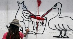 Um timorense pinta um mural. 20/12/2013. ANTONIO DASIPARU/LUSA