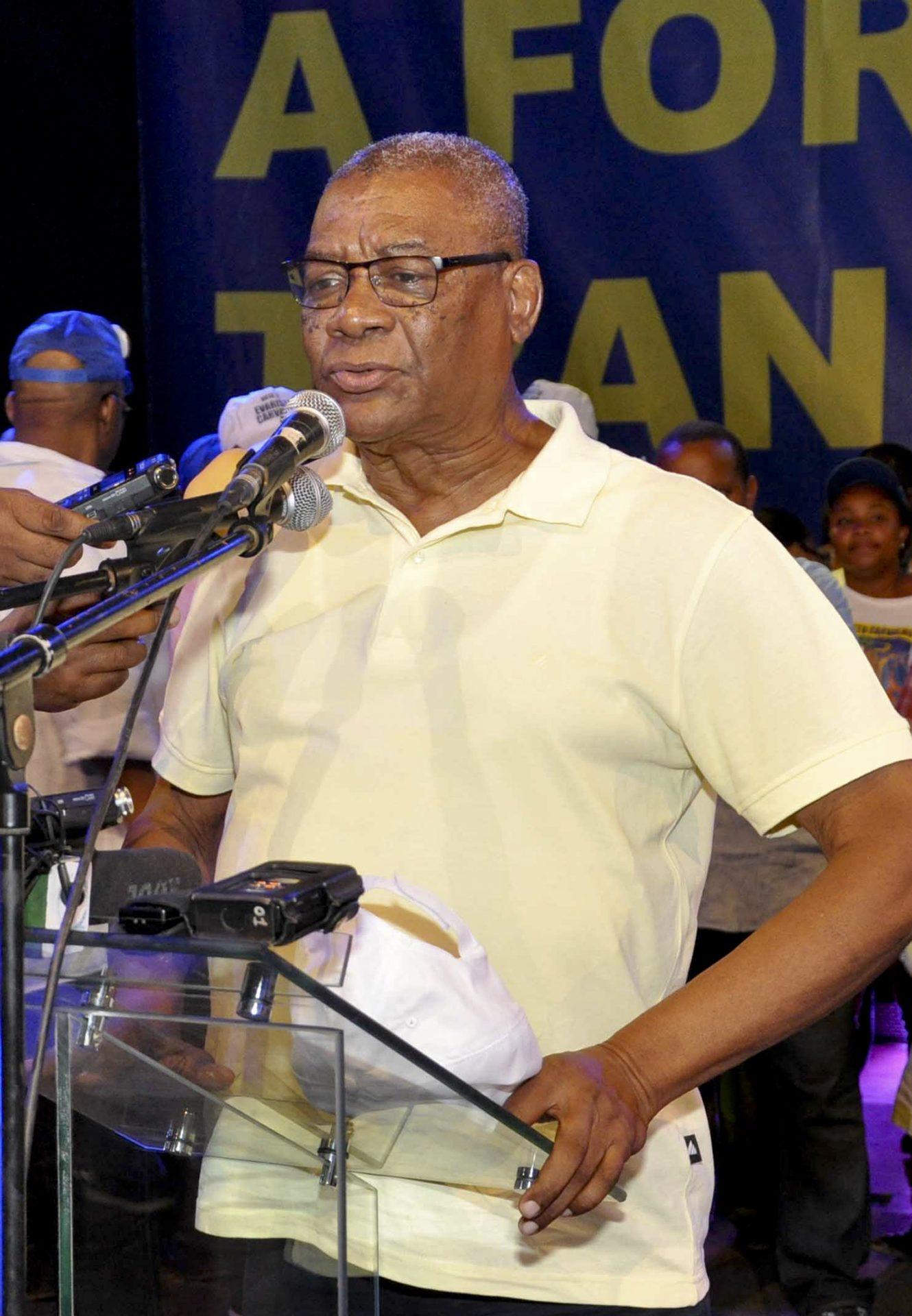 Foto datada de 15 de julho de 2016 do candidato presidencial Evaristo Carvalho durante um comício de campanha para as eleições presidenciais de São tomé e Príncipe, em São Tomé, 18 de julho de 2016. Evaristo Carvalho venceu as eleições, à primeira volta, por apenas 188 votos. LOURENÇO DA SILVA/LUSA