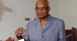 O ex-presidente sao-tomense Miguel Trovoada, pai do candidato as eleicoes presidenciais, Patrice Trovoada, exerce o seu direito de voto para as eleicoes presidenciais, Domingo, 30 de Julho de 2006, em Sao Tome. JOAO RELVAS/ LUSA