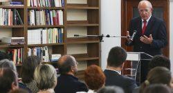 O ministro dos Negócios Estrangeiros, Augusto Santos Silva, durante a sua intervenção na sessão de apresentação das medidas de promoção do ensino da língua portuguesa junto das comunidades nacionais residentes no estrangeiro, no Instituto Camões em Lisboa, 15 de setembro de 2016. JOSÉ SENA GOULÃO/LUSA