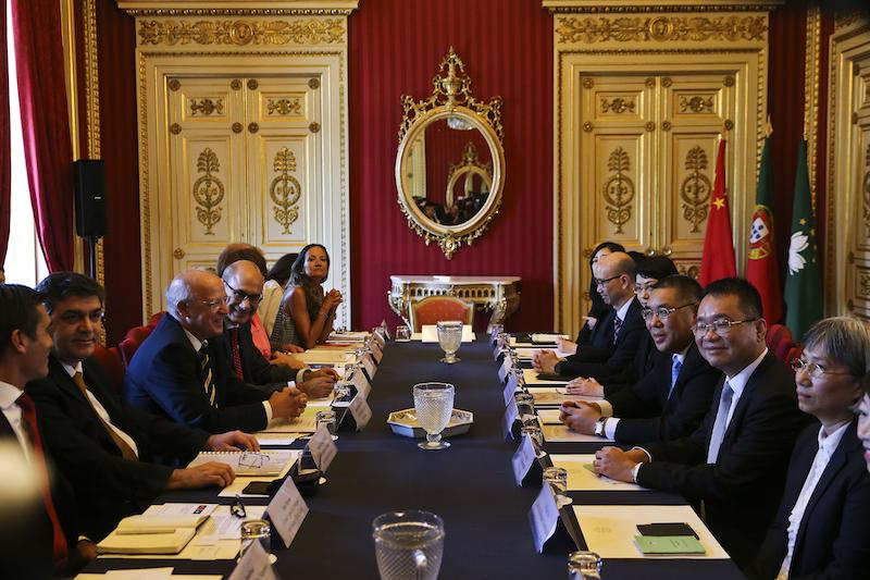 O Chefe do Executivo de Macau, Fernando Chui Sai On (3-D), e o ministro dos Negócios Estrangeiros, Augusto Santos Silva (3-E), no início da IV reunião da Comissão Mista entre Portugal e a Região Administrativa Especial de Macau (RAEM), no Palácio das Necessidades em Lisboa. em Lisboa, 12 de Setembro de 2016. JOSÉ SENA GOULÃO/LUSA