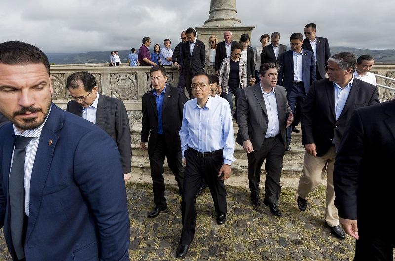 O primeiro-ministro da República Popular da China, Li Keqian (C), acompanhado pelo presidente do Governo Regional dos Açores, Vasco Cordeiro (D), durante a visita ao Monte Brasil em Angra do Heroismo, Ilha Terceira, Açores, 27 de setembro de 2016. ANTÓNIO ARAÚJO/LUSA