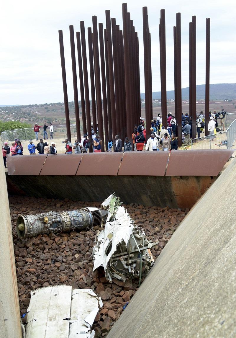 Populares visitam o memorial de Samora Machel durante a cerimónia dos 30 anos da morte do antigo Presidente de Moçambique, Mbuzini, África do Sul, 17 de outubro de 2016. O primeiro Presidente moçambicano morreu num desastre de aviação a 19 de outubro de 1986 em Mbuzini, na África do Sul, quando viajava entre a Zâmbia e Maputo. ANTÓNIO SILVA/LUSA