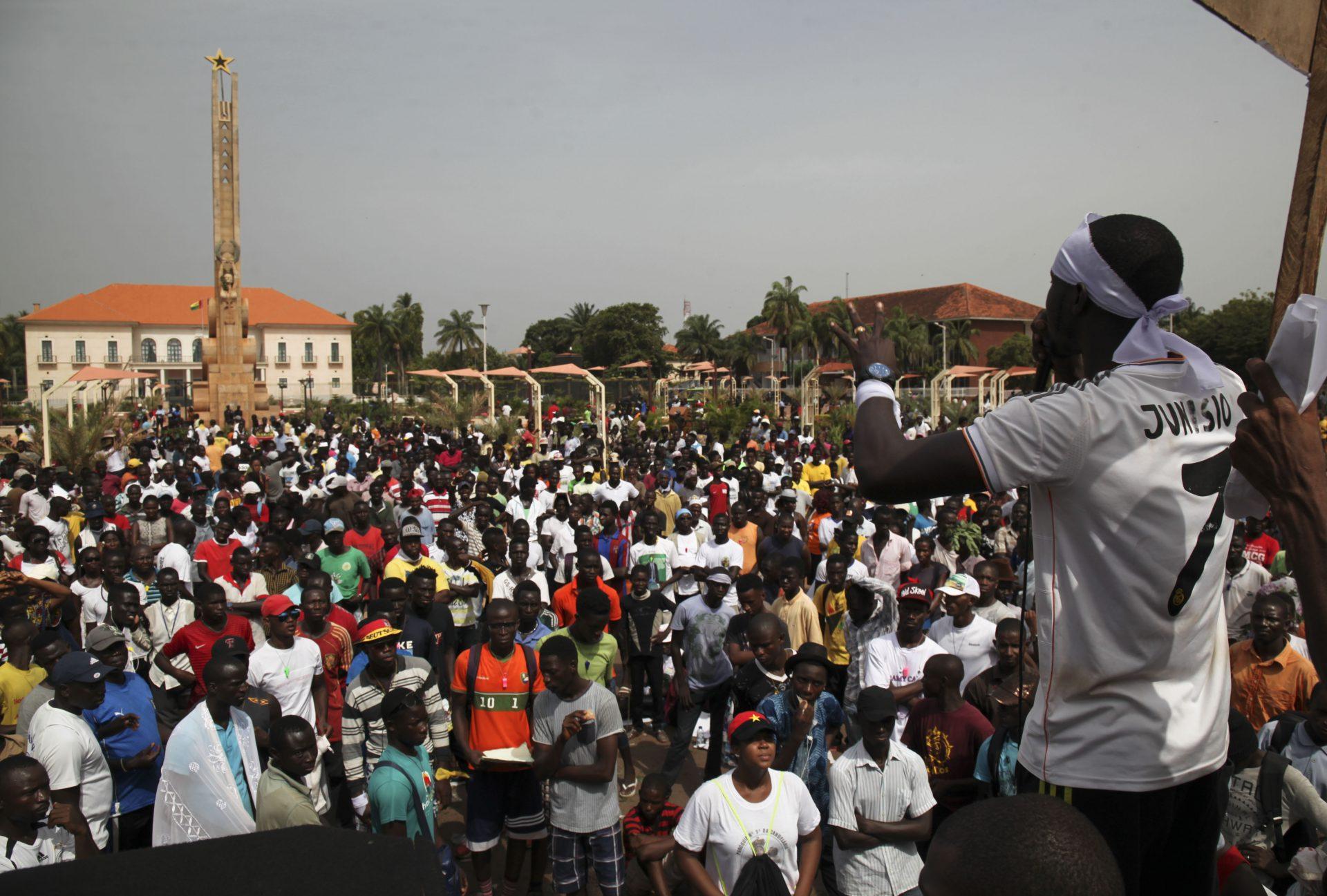 """O Movimento de Cidadãos Conscientes e Inconformados exigiu hoje a demissão do Presidente da Guiné-Bissau, José Mário Vaz, que acusa de ser o """"principal responsável"""" pela crise política no país.O Movimento, constituído na sua maioria por jovens, juntou centenas de pessoas numa manifestação pacífica que percorreu a principal avenida da capital guineense, seguindo do Palácio do Governo, no bairro de Brá, até à Praça dos Heróis Nacionais, 11 de novembro de 2016, Bissau. LUÍS FONSECA/LUSA"""