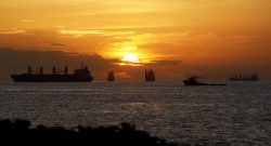 Barcos aguardam, ao largo, vez para atracar no porto de Luanda, durante o  pôr-do-sol. 18 de março de 2009.   JOÃO RELVAS / LUSA