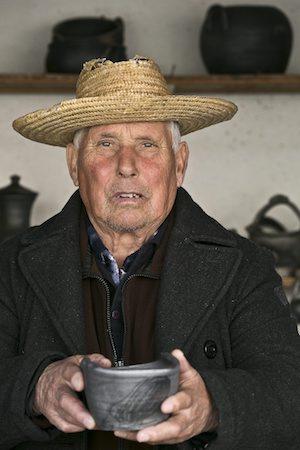 O oleiro Manuel Martins com uma peça artesanal de cerâmica de argila negra de Bisalhães. 01 de dezembro de 2016. PEDRO ROSARIO / LUSA