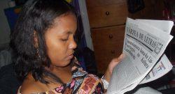 Mulher timorense a ler. (Foto de João Paulo Esperança)