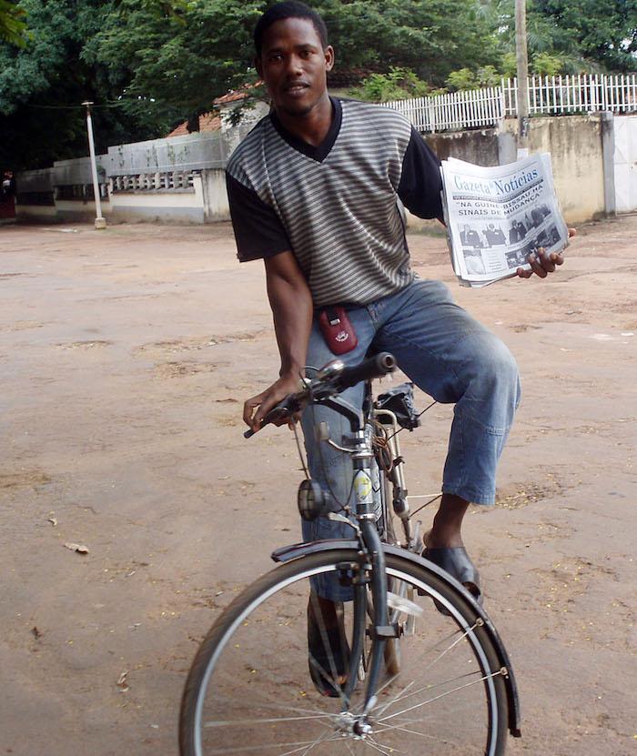 """O nome """"ardina"""" foi uma das razões para o guineense Carlitos Fafé, 28 anos, decidir vender jornais pelas ruas de Bissau, uma profissão que não existe há anos em Portugal, mas que na Guiné-Bissau continua a ter grande importância, 24 de outubro de 2007. LUSA"""