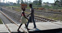 Populares cruzam a linha de caminho de Ferro de Benguela, 11 maio 2015.PAULO CUNHA/LUSA