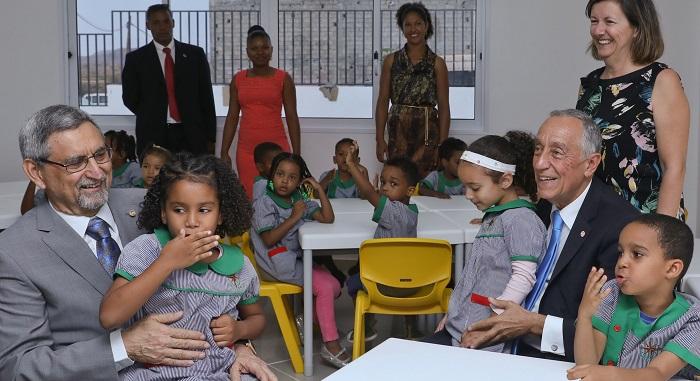 """Marcelo Rebelo de Sousa, foi recebido com """"foguetes"""" na Escola Portuguesa de Cabo Verde"""