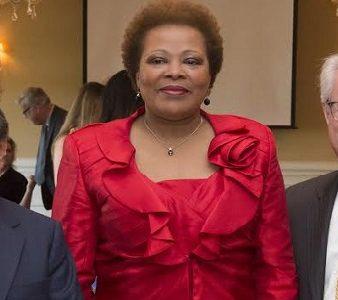 Jagdish Sheth (E), professor de marketing, Maria do Carmo Silveira (C) e o Presidente da KSU Sam Olens (D)
