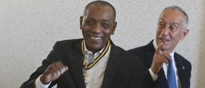 """Marcelo inicia """"simbolicamente"""" visita a Cabo Verde com condecoração a Tito Paris"""