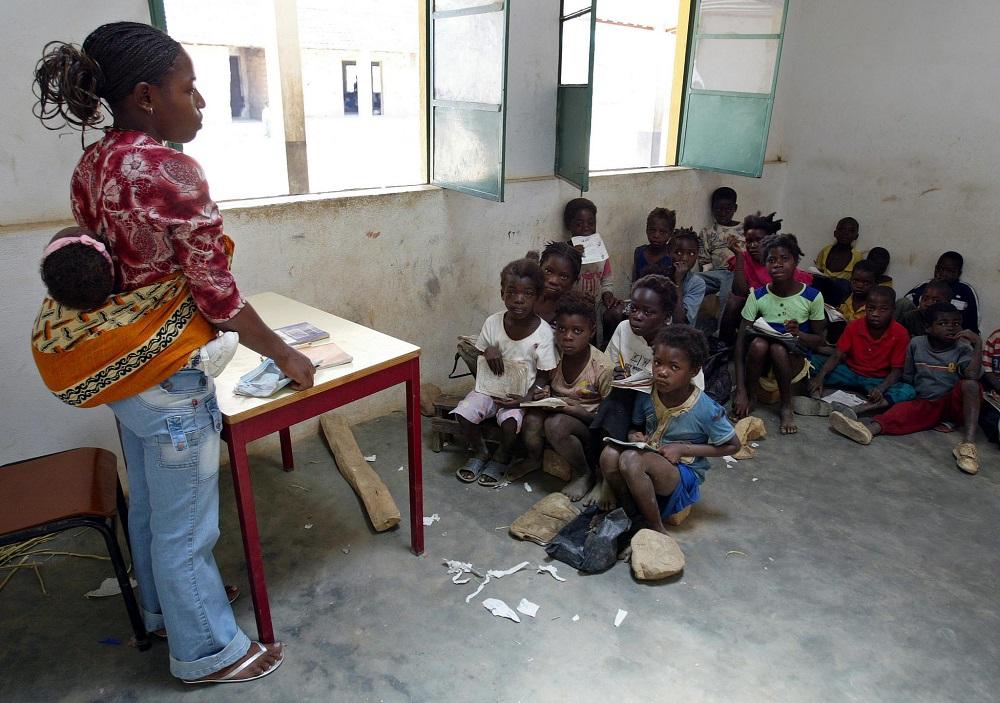 Crianças têm aulas sentadas no chã numa das escola construídas, na província do Huambo. 05/03/2007. PAULO NOVAIS/LUSA