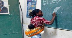 Uma professora dá aula com o filho às costas. Angola/Huambo. PAULO NOVAIS/LUSA