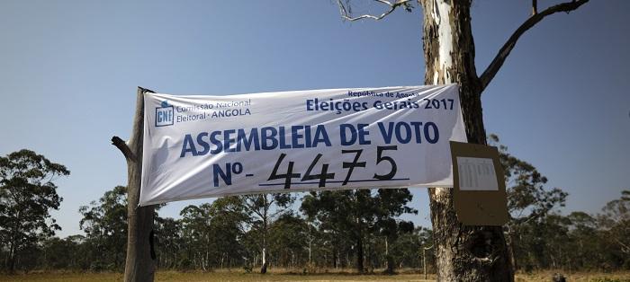 Angola/Eleições: Aldeia no centro de Angola entre o mel no topo da árvore e o pano da CNE