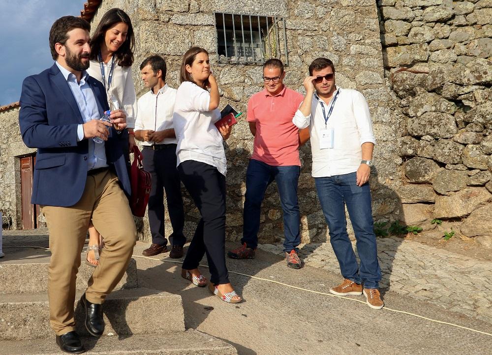 O ministro da Educação, Tiago Brandão Rodrigues (E), participa na 1.ª edição do Summer CEmp, uma iniciativa da representação da Comissão Europeia em Portugal organizada com o apoio da Câmara Municipal de Idanha-a-Nova e da rede de Aldeias Históricas de Portugal na Aldeia de Monsanto, Idanha-a-Nova, 30 de agosto de 2017. ANTÓNIO JOSÉ/LUSA