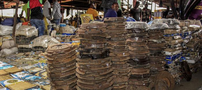 Na praça dos Correios de Luanda a regra é não perguntar de onde vêm as peças