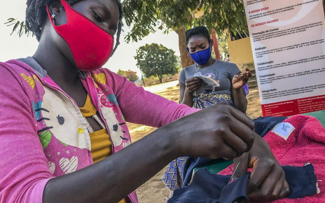 Alunas costuram para vencer tabu da menstruação em Moçambique